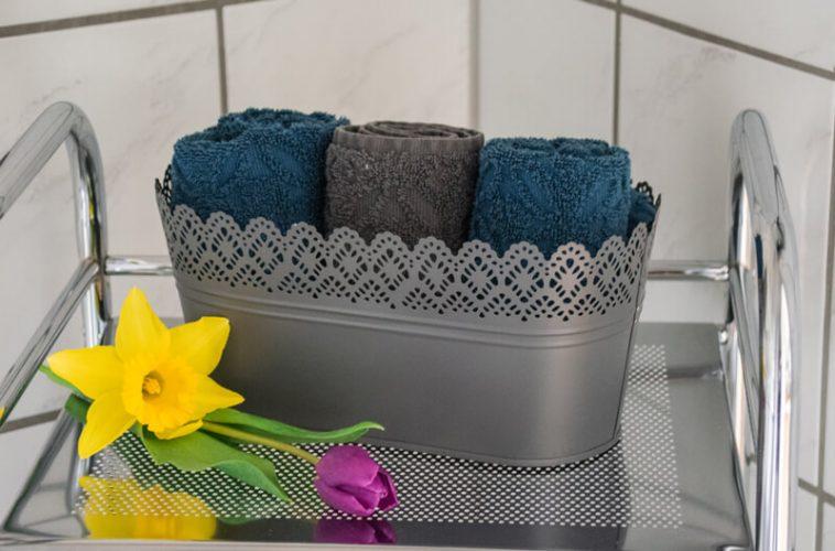 Duschbadezimmer-mit-frischen-Handtuechern