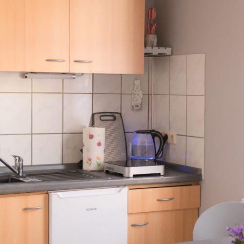 Uebersicht-Kochnische-mit-Schrank-und-einem-Spuelbecken